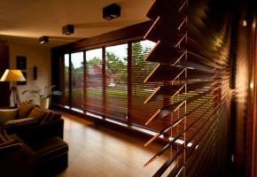 Medinės žaliuzės – investicija į namų jaukumą ir eleganciją