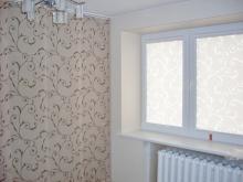 Širmos langams sustumiamos į vieną šoną ir roletai plastikiniams langams