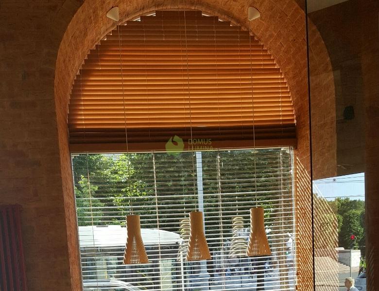 Drewniane żaluzje łukowe Zdobią Okna Kawiarni Na łotwie