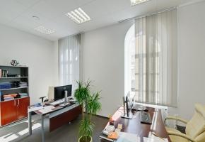 Żaluzje pionowe z tkaniną typu SCREEN w biurze