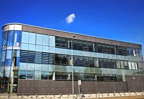 Rolety typu SCREEN i ścianki działowe w nowoczesnym centrum biznesu w Utenie