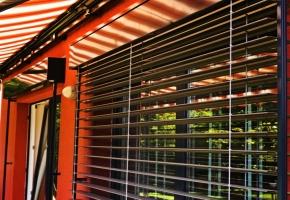 Fasado žaliuzės – moderni horizontalių juostelių klasika