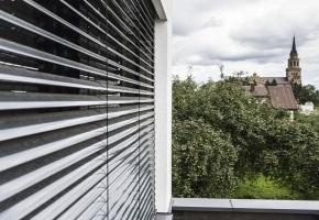 Fasado horizontalios žaliuzės pasyviame name