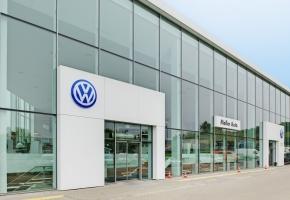 Fasado horizontalios žaliuzės Moller Auto Vilniuje – praktiškas ir stilingas sprendimas