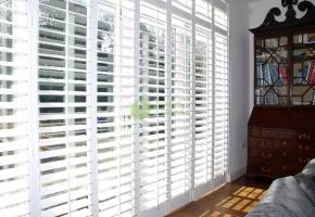 Medinės žaliuzės - praktiškas pasirinkimas namų biurui