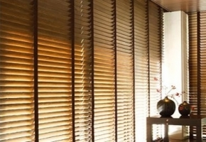 5 priežastys, kodėl verta rinktis medines žaliuzes loftuose