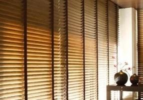 Medinės žaliuzės jaunuolio kambaryje – jauku ir praktiška